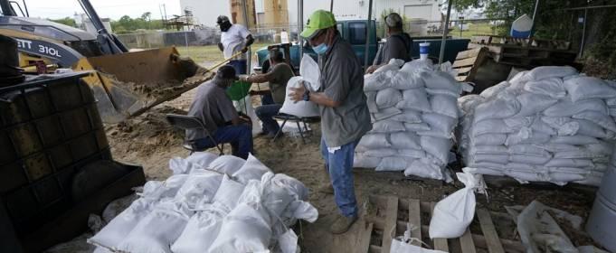 На побережье Мексиканского залива происходит масштабная эвакуация