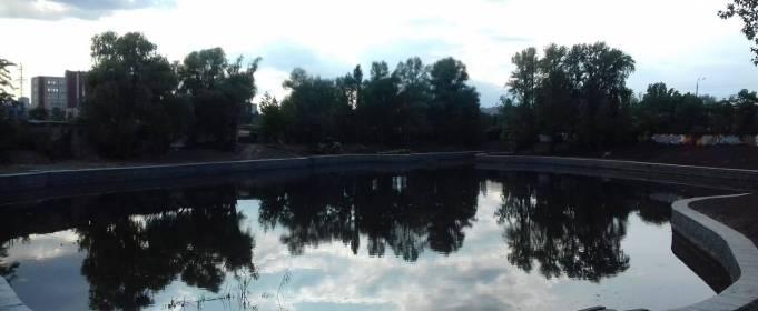 В Киеве уничтожают озеро, замуровав его в бетон