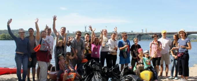 Активисты выловили из Днепра восемь мешков мусора
