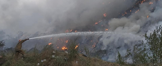 Спасатели ликвидируют пожар на Полтавской городской свалке