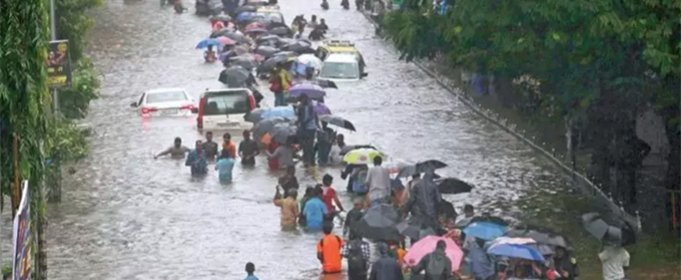 Сильный дождь превратил индийский город Мумбаи в болото