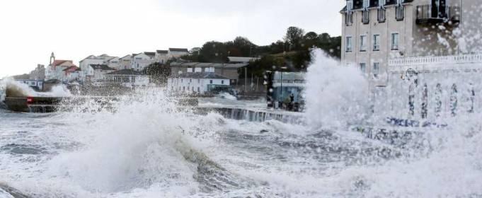 Шторм «Алекс» обрушился на южное побережье Англии. ФОТО