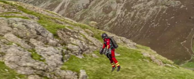 Парамедики проверяют реактивный костюм, способный взлетать в горы