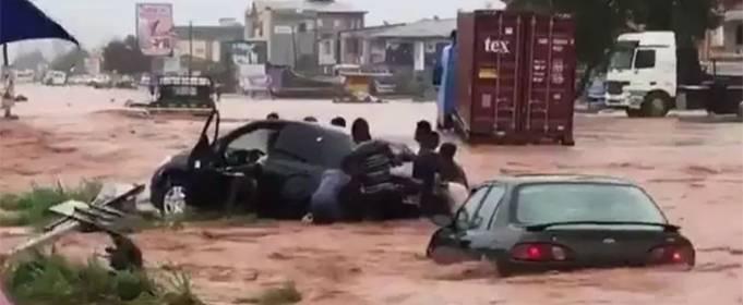 Внезапные наводнения вызвали хаос на дорогах в столице Ганы
