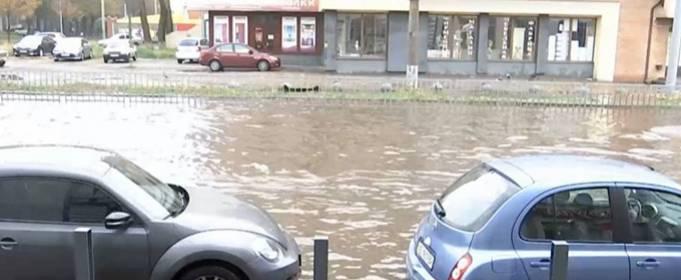 Дніпро накрила потужна злива: вода залила вулиці і затопила автомобілі