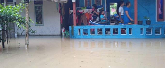 Сильные дожди вызывали смертельные наводнения и оползни в Индонезии