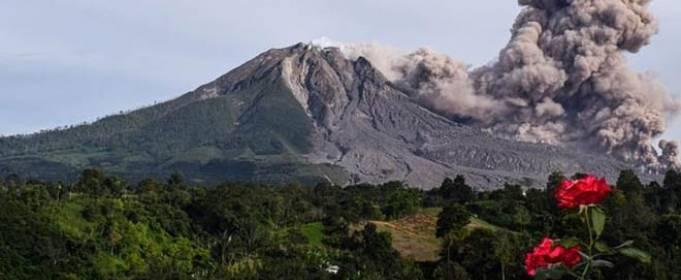 Индонезийский вулкан Синабург выбросил столб пепла
