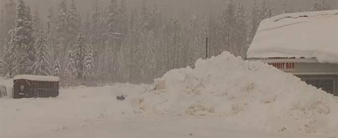 После шторма штат Вашингтон в США засыпало снегом