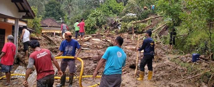 5 человек погибли в результате оползня в Индонезии