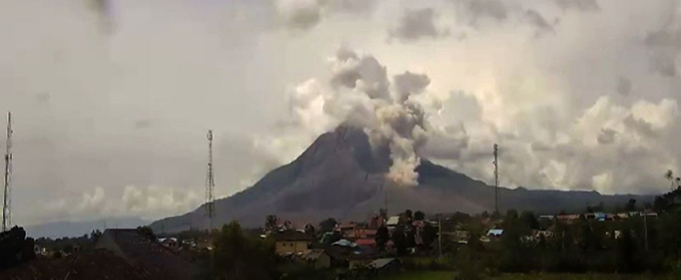 Пирокластический поток сошел на вулкане Синабунг в Индонезии