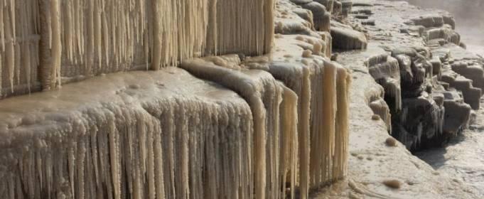 В Китае знаменитый желтый водопад превратился в ледопад