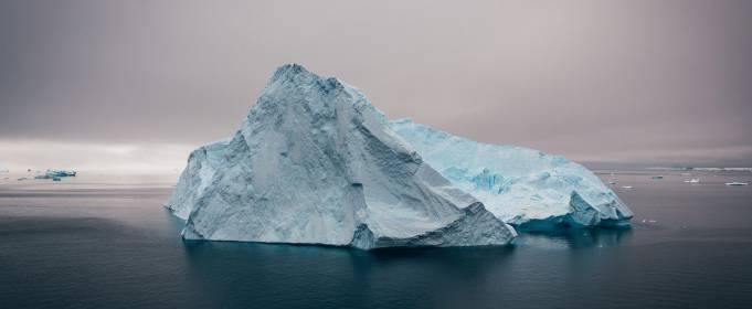 Засняли самый большой в мире айсберг. Видео