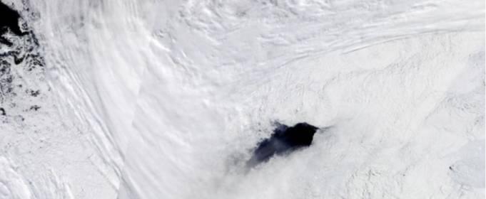 Гигантские дыры во льду Антарктиды угрожают климату