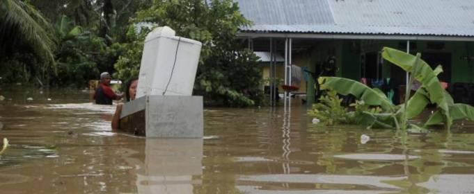 ВІДЕО. Потужна повінь і зсуви в Індонезії