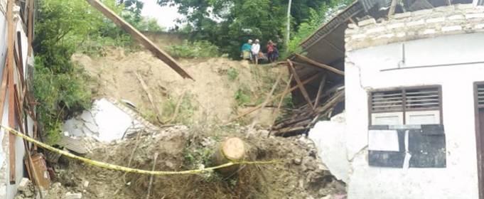На востоке Индонезии проливной дождь вызвал смертельные оползни