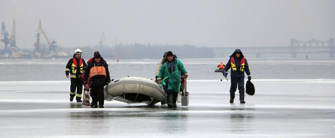 В Днепре спасли 6 рыбаков, которые откололись на льдине