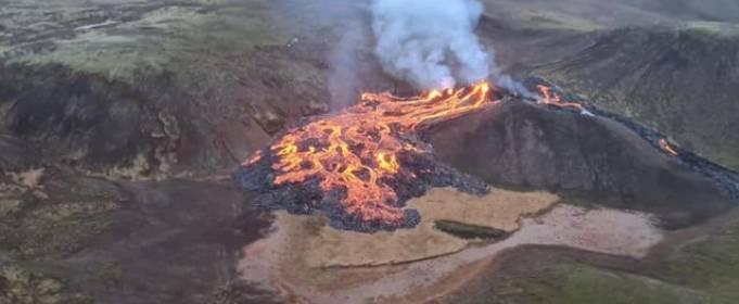 Извержение вулкана в Исландии привлекает туристов со всей страны