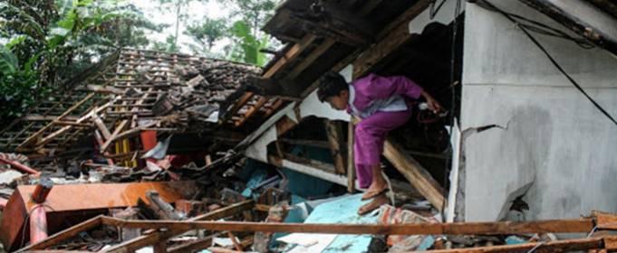 Вісім загиблих та десятки постраждалих після потужного землетрусу в Індонезії