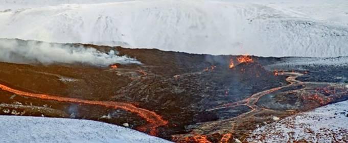 В районе извержения вулкана в Исландии открылась уже четвертая трещина