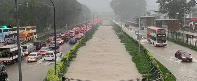 Сингапур накрыли наводнения после сильнейших дождей за последние 40 лет