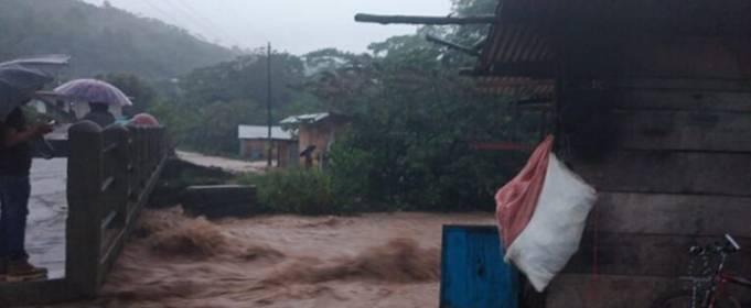 Наводнения и оползни привели к переселению сотен людей в Гватемале