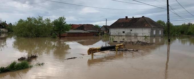 Десятки людей эвакуированы после наводнения на севере Румынии