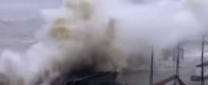 16 человек погибли в результате удара циклона «Тауктае» по западному побережью Индии