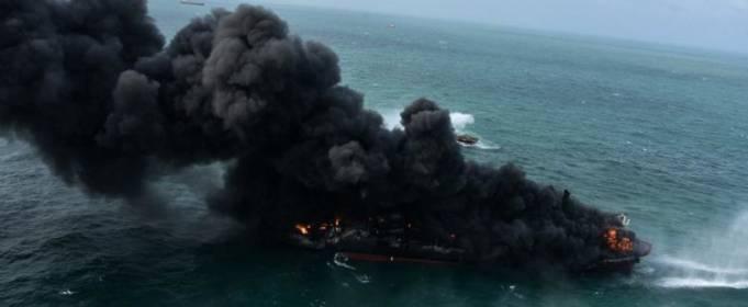 Біля берегів Шрі-Ланки дев'яту добу горить контейнеровоз