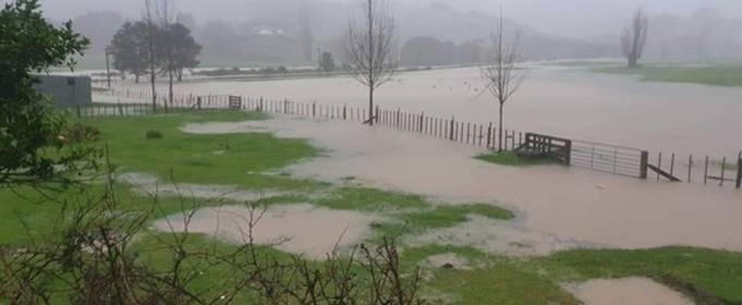 После наводнения в Новой Зеландии закрыты дороги и эвакуированы люди