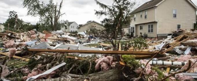 Большой и чрезвычайно опасный торнадо обрушился на пригород Чикаго