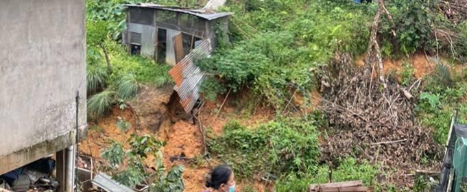 Проливной дождь вызвал сильные наводнения и оползни на востоке Малайзии