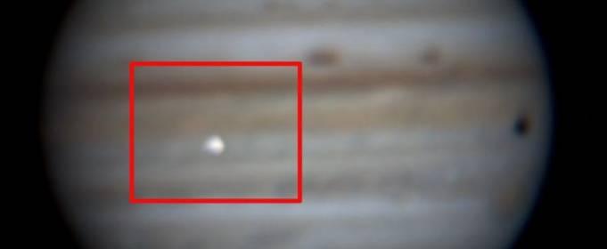 Бразильский астроном обнаружил большой космический камень, падающий на Юпитер