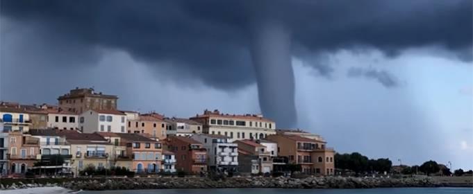 Огромный смерч обрушился на побережье Корсики. Видео
